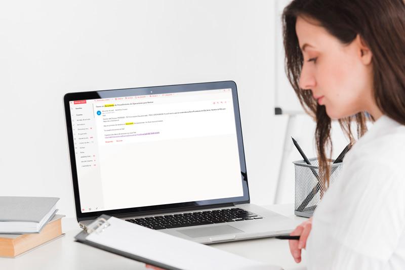 Mujer analizando reportes en su laptop con las notificaciones Kahuna APP software ISO
